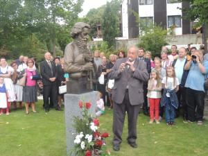 Neil Smith s bustou Josefa Režného